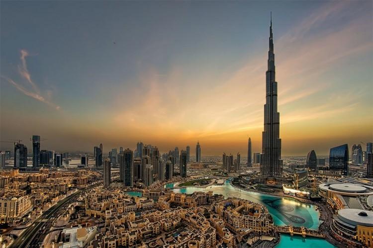 Burj Khalifa in Dubai, Verenigde Arabische Emiraten: momenteel het hoogste gebouw ter wereld met een hoogte van 828 meter. In de wolkenkrabber bevinden zich zowel kantoren als zo'n 900 apartementen. De happy few kan hier logeren in een luxueuze suite van het Armani Hotel. et design van Burj Khalifa kent elementen uit de islamitische architectuur. © Andrew Madali