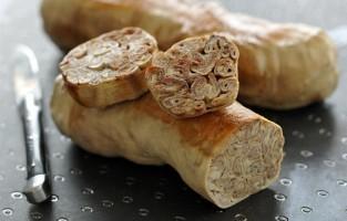 Reims: hier lust men graag mosterd, Reimse azijn, grijze truffel, zelfs whiskey, maar vooral de andouillette van Troyes. Dat laatste wordt uitsluitend bereid op basis van de dikke darm en de maag van het varken. Na een kruiding met verse ui, peper en zout krijgt de andouillette een ronde vorm en mag het 5 uur koken in een gekruide bouillon. Liefhebbers eten deze specialiteit graag als brochette, met saus, op de barbecue, in een papillot, koud en in schijfjes gesneden voor het aperitief, samen met room, mosterd, witte wijn en sjalotten. © Boucherie Bobosse
