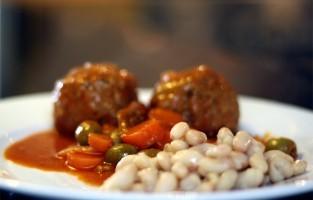 Perpignan: de regionale keuken geurt er naar olijven, knoflook, honing en kruiden. Tapenades vormen het beleg voor boterhammen, en tegen zeevruchten zegt men hier geen nee. En zegt je de crème catalane iets? Nog zo'n Catalaans topgerecht zijn de boles de picolat, ronde balletjes met varkens- en rundsvlees gekruid met olijven. Ze zwemmen in een saus op basis van tomaten uit, wortels en kaneel. © René Meesters