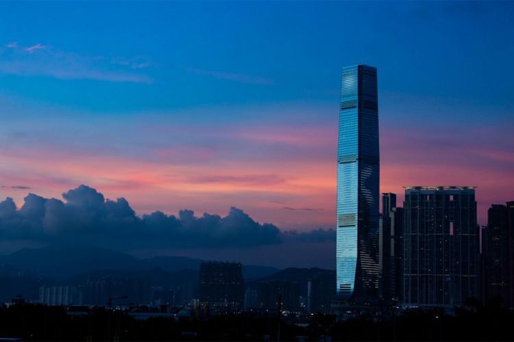 International Commerce Centre in Hong Kong: met een hoogte van 484 meter is het ICC in Hong Kong het op een na hoogste gebouw op Chinese bodem. De wolkenkrabber telt naast 108 bovengrondse verdiepingen ook 4 ondergrondse etages. Vooral kantoorruimtes zijn te vinden in het gebouw, een Ritz-Carlton Hotel en 'Sky 100': een observatiedeck op de 100ste verdieping en op 393 meter boven zeeniveau. © Odkit Kenneth