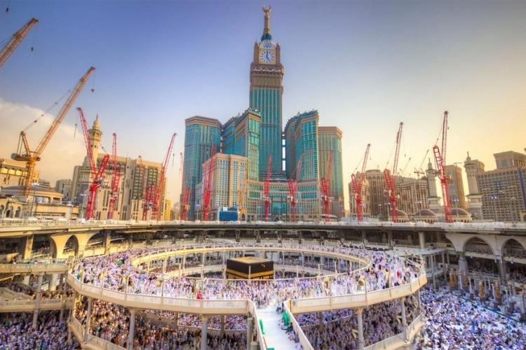 Abraj Al Bait-toren in Mekka, Saoedi-Arabië: dit is niet de hoogste toren ter wereld, ze staat op de derde plaats, maar herbergt wel dankzij haar 601 meter het hoogste hotel ter wereld en de grootste klok ter wereld. In het hotel overnachten vooral islamitische pelgrims die de Ka'aba komen bezoeken. Het volledige complex telt 7 torens die een totale capaciteit van 100.000 mensen aankunnen. © Mohamed Denewar
