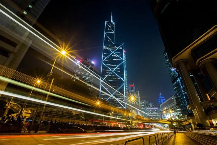 Bank of China Tower in Hong Kong: toen deze wolkenkrabber in 1990 het levenslicht zag, was het de hoogste toren buiten de Verenigde Staten. Nu behoort het hoofdkantoor van de Bank of China tot een van de 'kleinere' spelers met een hoogte van 367 meter. Feng Shui-aanhangers bekritiseerden de architectuur lange tijd vanwege de scherpe hoeken en kruisvormen die volgens hun leer aan een hakmes zouden doen denken. © Dark Posterize