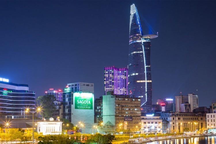Bitexco Financial Tower in Ho Chi Minhstad, Vietnam: deze jonge wolkenkrabber, gebouwd in 2010, stelt een lotusblad voor uit staal en glas, de nationale bloem van het land. Nog indrukwekkender is het 22 meter lange helikopterplatform dat uitsteekt op de 52ste verdieping en het uitzichtplatform voor, weliswaar betalende, bezoekers op verdieping 49 dat je een stadspanorama geeft van 360 graden. © Jonathan V