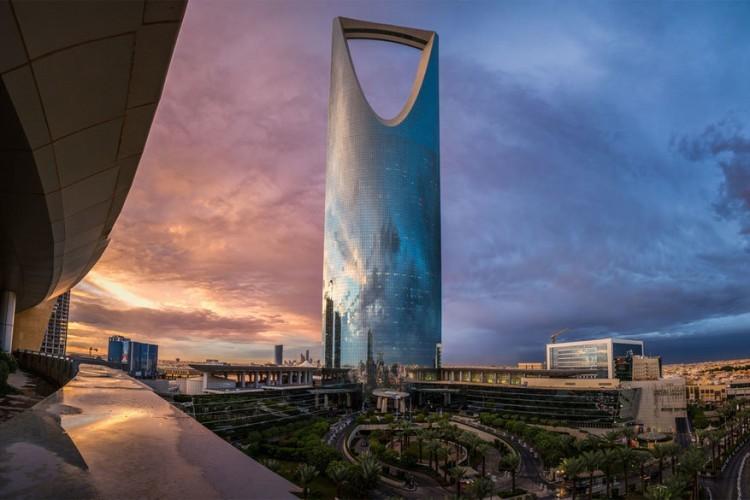 Kingdom Centre in Riyad, Saoedi-Arabië: hoewel de stad slechts 30 verdiepingen toelaat in een gebouw, doet dat niets af aan de hoogte van deze wolkenkrabber in Riyad. Dankzij het ontwerp op de top van het dak houdt het Kingdom Centre zich aan de regels en staat de teller toch op 302 meter. Je vindt er een hotel, een winkelcentrum, een bank en een moskee speciaal voor vrouwen. © Faisal Bin Zarah