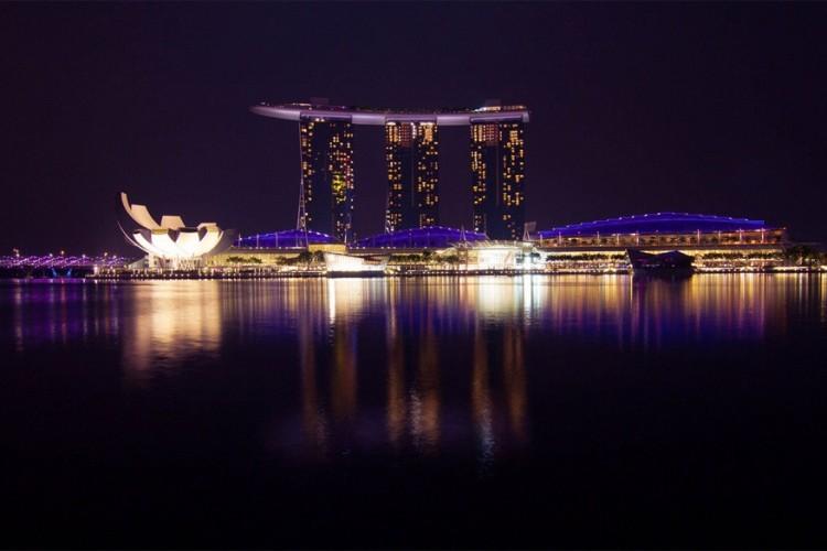 Marina Bay Sands in Singapore: dit luxeresort is een stad op zich. Op de 55 verdiepingen liggen maar liefst 2561 kamers, een museum, accommodatie voor beurzen, twee grote theaterzalen, zeven sterrenrestaurants, een schaatsbaan en het grootste casino ter wereld met 500 tafels en 1600 gokautomaten. Om nog maar te zwijgen van het 150 meter lange zwembad dat het hele dak inpalmt. © John Paul