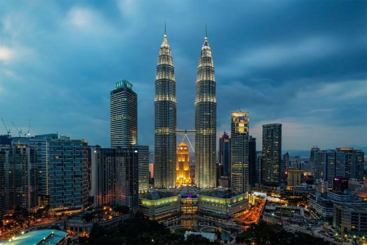 Petronas torens in Kuala Lumpur, Maleisië: de hoogte van deze torens bedraagt 452 meter en dat maakt van dit complex de hoogste identieke gebouwen ter wereld. Een luchtbrug tussen verdiepingen 41 en 42 verbindt de torens, waarvan één gehuurd wordt door oliemaatschappij Petronas. Aan de voet van het gebouw liggen onder meer een winkelcentrum en een concertgebouw. © Wahyudhy Zukara