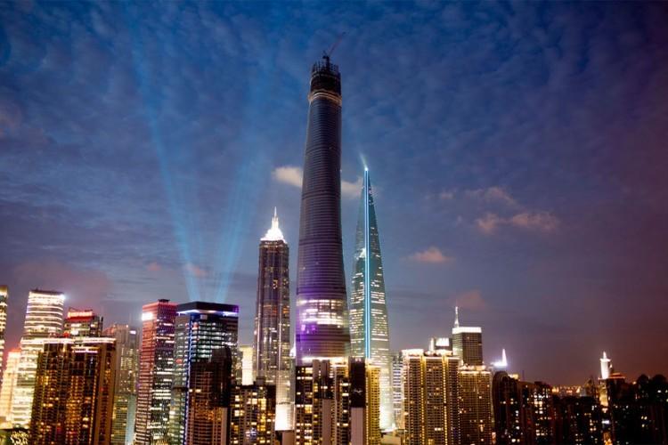 Shanghai Tower in Shanghai, China: op de tweede plaats in de wereldranglijst met 623 meter staat de Shanghai Tower. Het opvallende spiraalvormige ontwerp komt van architectenbureau Gensler en zou tijdens tyfoons tot 24 procent minder wind moeten opvangen. De toren bestaat uit 121 verdiepingen. Onderin bevinden zich winkels, het midden is kantoorruimte en op de bovenste etages liggen hotels, culturele faciliteiten en uitkijkposten. © Marshall Strabala