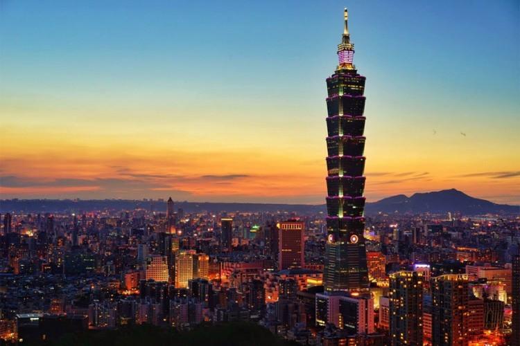 Taipei 101 in Taipei, Taiwan: een toren van 508 meter met een ontwerp dat, mits veel fantasie, doet denken aan de pagodes uit de Feng Shuileer. Ze staat midden in financiële district in Taipei en vormt daarom ook het symbool van welvaart en voorspoed. Om de wolkenkrabber te beschermen tegen stormen en aardbevingen bevat het een reusachtig bolvormig gewicht dat tegendraads beweegt bij trillingen. © Jwill Wong