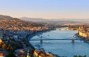 3. Boedapest, Hongarije. Momenteel een van de hipste bestemmingen van Europa en nog goed voor je portemonnee ook. Hier betaal je nog in Hongaarse Forint, maar dat bederft de pret niet. Dineren doe je al voor 30 euro en in sommige hotels slaap je al voor de belachelijk goedkope som van 8 euro. Snel veel zien? De stad organiseert gratis tours van 2,5 uur. Reservatie is niet nodig, een fooi geven mag wel. © Sylvain Sonnet