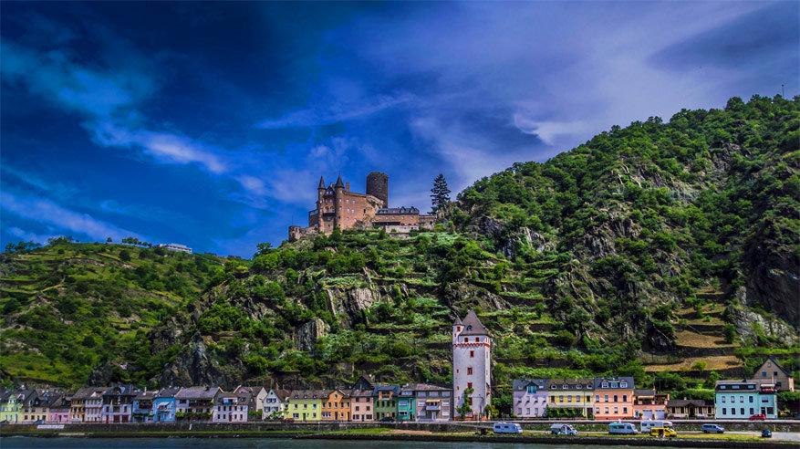 Groene landschappen en kastelen kom je tegen vanop de Rijn