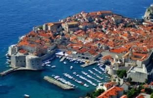 7. Dubrovnik, Kroatië. Bijgenaamd 'Parel van de Adriatische Zee' en terecht. De oude, volledig ommuurde stad, ook onderdeel van de UNESCO werelderfgoedlijst, straalt een apart allure uit. Voor een cappuccino betaal je in het centrum amper 1,10 euro en voor een cola 1,90 euro. De musea zijn wat duurder dan elders, ongeveer 10 euro, maar de hotels trekken dan weer de kaart van bijzonder betaalbaar. © Tag Gordon