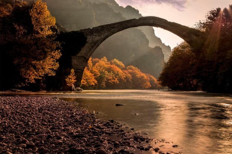 De brug van Konitsa in het Vikos Aoos National Park, Griekenland: een van de grootste bruggen uit de Balkan met haar 20 meter hoogte en 40 meter lengte. In de zomer kan je onder de brug lopen waar in de winter de rivier stroomt. Rechtsonder de brug hangt een bel. Als die door de wind zou gaan rinkelen is het volgens oude gezegden niet veilig om eroverheen te lopen. © Dora Artemiadi