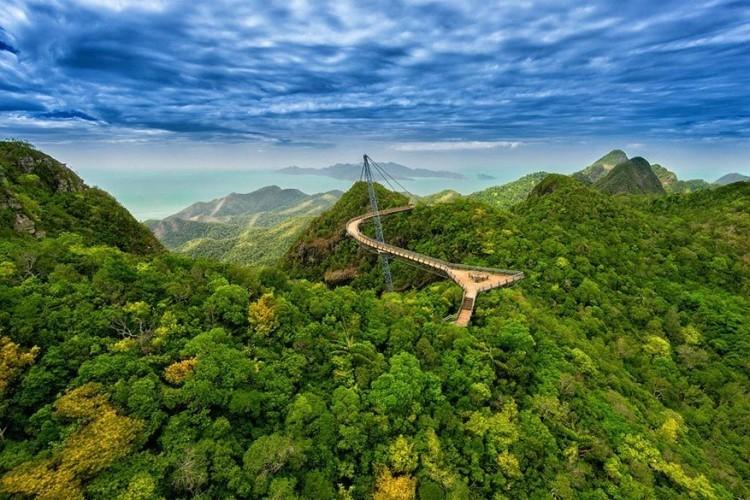 Langkawi Sky Bridge in Malesië: een angstaanjagende brug met een bocht op 700 meter boven de zeespiegel. Durf je toch nog om je heen te kijken? Dan heb je een mooi uitzicht over de Andamanzee en het Tarutao-eiland in Thailand. Deze unieke brug wordt maar op één plek ondersteund en strekt zich 125 meter uit over het gebied. © David Rájecký
