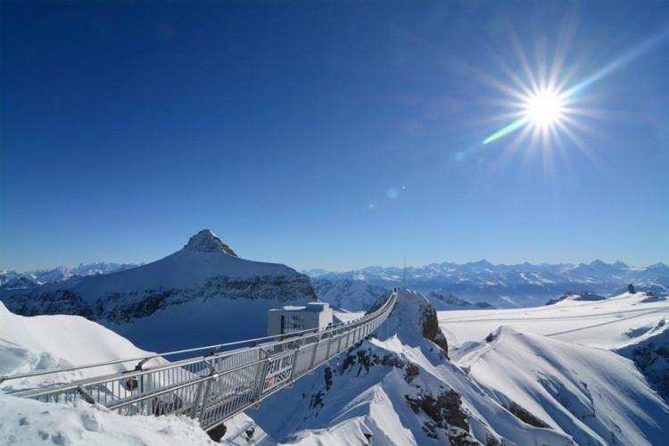 Peak Walk, Zwitserse Alpen: de eerste hangbrug ter wereld tussen twee bergtoppen, de View Point piek en de Scex Rouge piek. Ze is aangelegd op Glacier 3000 in het Zwitserse Berner Oberland. Het ding is ongeveer 70 centimeter breed, 107 meter lang maar hangt wel 3.000 meter hoog. © Klemens Baumgartner