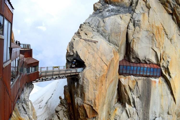 Plan de l'Aiguilles, Frankrijk: deze brug, op 2.310 meter hoogte, verbindt de noordelijke piek met de centrale piek in het Mont Blancmassief in Chamonix. De overgang ligt aan de Aiguille du Midi, een bergtop van 3.842 meter. Behoorlijk hoog allemaal, maar je hebt er wel een schitterend panoramazicht op het bergmassief en bij goed weer kan je zelfs in de verte de Matterhorn zien. De brug bereik je alleen via een kabelbaan. © Davit Khutsishvili