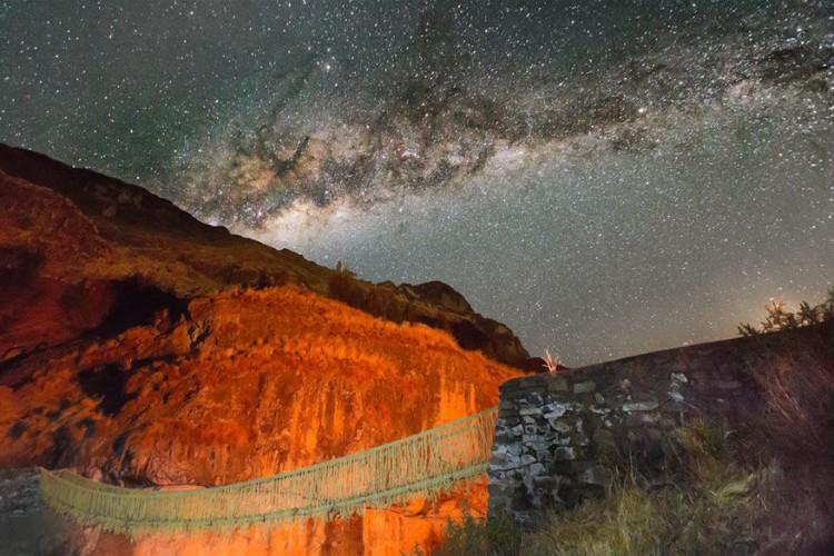Q'eswachaka brug in Peru: deze handgemaakte brug is 27 meter lang en hangt op een hoogte van 16 meter boven Apurimac river. Elk jaar wordt de burg herbouwd waardoor een Inca traditie in leven blijft. De structuur bestaat uit ichu gras, ook wel sterk stro genoemd. De brug vormt de enige manier waarop kolonisten de rivieren in hun tijd konden oversteken en maakte deel uit van een netwerk van bruggen in de regio Cuzco. Nu is het Peruviaanse erfgoed de enige in zijn soort. © Andrew Dare Photography