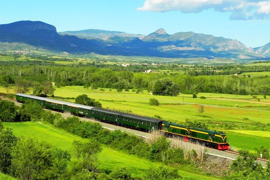 De Tren Dels Llacs rijdt langs de meren van de Pyreneeën