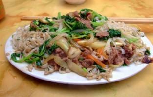 Phở Áp Chảo Gìon: de noedels worden in dit gerecht twee keer gefrituurd voor een krokant en toch taai effect. Vandaar de naam: gìon betekent krokant. Na het bakken van verse noedels, wordt het rundsvlees, de ui en marinade geroerbakt tot een mooi geheel. Tot slot maken de stukjes wortel en waterspinazie het gerecht af. © Wikimedia Commons