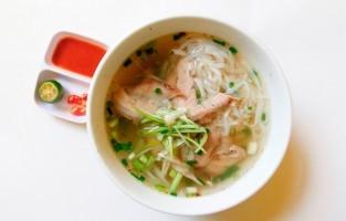 Phở Bò: dit is de originele en volgens sommigen de beste versie van het Vietnamese gerecht. Er bestaan varianten op, maar aangeraden wordt om eerst de phở tái te proberen. Hier worden sneetjes rauw rundsvlees in de hete bouillon ondergedompeld waardoor het vlees lichtjes kookt. Het resultaat geeft een erg zachte textuur. © Nguyễn Tuân