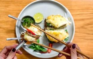 Phở Burger: de burger ontstond als een maandelijkse special in het Relish & Sons restaurant in Ho Chi Minhstad om de 40ste verjaardag, in april 2015, van het einde van de Vietnamoorlog te vieren. De burger was zo'n succes dat hij nog altijd op het menu staat. Het broodje bestaat uit gefrituurde phở noedels, terwijl het rundsvlees vol verse typische kruiden zit. De burger bevat ook een ei en sla en wordt vergezeld door de vertrouwde bouillon en een pikante hoisinsaus. © Vinh Dao