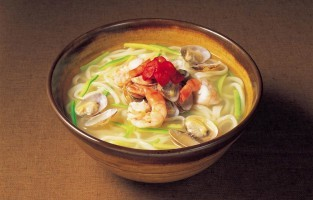 Phở Cá: uit noodzaak gebruiken Vietnamezen veel lokale ingrediënten. In een land met 3.260 km aan kustlijn verwondert het dan ook niet dat er veel vis gegeten wordt. Phở Cá, de variant met vis die volgens sommigen geen echte phở is, eet men hier het meest. Deze versie is een licht gerecht met een heldere visbouillon zonder kaneel of steranijs. © Nguyễn Tuấn