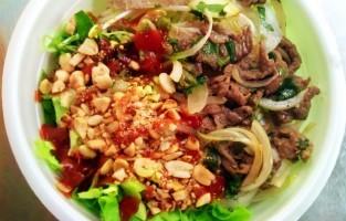 Phở Chua: deze specialiteit uit de bergachtige noordelijke provincie van Lang Son, op de grens met China, is eerder een warme noedelsalade dan een soep. Verse phở noedels gaan in een kom samen met gesnipperde kip, gebakken garnalen, geraspte waterspinazie, verse kruiden en geroosterde pinda's. Alles wordt overgoten met een pittige tamarindesaus. © NHÀ HÀNG TÂY BẮC