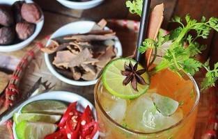De Phở Cocktail: in 1972 nam de folkzangeres Joan Baez geluiden van de Vietnamees-Amerikaanse oorlog op vanuit haar hotelkamer. 40 jaar later, in datzelfde hotel, slaagde de barman erin een cocktail te maken met dezelfde ingrediënten die hij de Jaon Baez phở cocktail doopte. Naar verluidt bevat het drankje de warmte van de zangeres haar stem en typische smaken van de iconische soep: koriander, kardemom, steranijs, kaneel en chili. © The Unicorn Bar