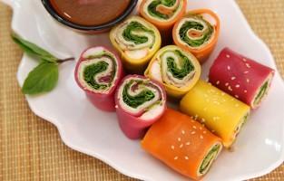 Phở Cuốn: dit gerecht zou ontstaan kunnen zijn bij gebrek aan water voor de soep. Deze rolletjes worden gemaakt met brede vellen gestoomde rijstnoedels waarin de traditionele ingrediënten van phở ingerold worden: gebakken rundsvlees en verse kruiden. Soms krijgen de vellen een vrolijk kleurtje dankzij het sap van rode biet of pompoen. © NVCC