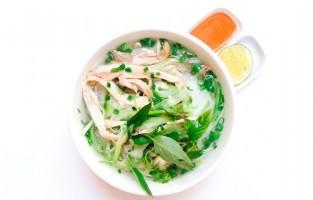 Phở Gà: ontstaan in de jaren 1930 toen er geen rundsvlees verkocht werd op de Vietnamese markten op maan- en vrijdagen. De soep heeft een lichtere en heldere bouillon en wordt geserveerd met stukjes kip van de borst, maar ook donkere stukken vlees en zelfs kippenhuid of -vet. © Nguyễn Tuân