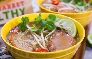 Phở heo: uitgestrekte gebieden van Centraal-Vietnam behoorden tot het oude hindoekoninkrijk Champa. De Cham, een van de 53 etnische minderheidsgroepen, wonen nog steeds in die gebieden en eten dus geen rundvlees. Deze variant van phở wordt dus bereid met gekookt varkensvlees. Gesneden chili, partjes limoen, een bescheiden mandje verse kruiden en chili- en hoisinsaus vullen de soep van varkensbouillon aan. © Tina Rupp