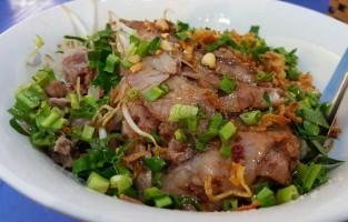 Phở Trộn: in tegenstelling tot de Phở Xào, roerbakt men voor de Phở Trộn slechts enkele ingrediënten. Dunne plakjes rundsvlees worden gewokt met paksoi en ui. Het vlees en de groeten gaan daarna samen bij de zacht gekookte noedels die zeker niet taai, vet of krokant mogen zijn. © Foody.vn
