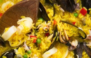 Bij Jamon Jamon ben je aan het juiste adres voor allerhande Spaanse delicatessen. De paella met vis (paella de mariscos) of met kip (paella Valenciana) zijn aanraders, maar probeer zeker ook een tortilla, chorizo, manchego-kaas en Serranoham. Jamon Jamon staat vaak op festivals, maar ook op Portobello Market. Daar kan je elke zaterdagochtend zien hoe paella gemaakt wordt. Tegen de middag is alles klaar en kun je bestellen. © Marco Guidi