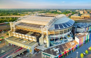 Zuidoost: hier vind je de woonwijk De Bijlmer, maar ook de Amsterdam ArenA, de Heineken Music Hall, de Ziggo Dome en tal van glimmende kantoorgebouwen. Deze wijk ligt het verst verwijderd van de idyllische Amsterdamse grachten en telt 100.000 inwoners met meer dan 150 verschillende nationaliteiten. Niet vergeten: een wandeling maken in het Nelson Mandelapark en deelnemen aan de World of Ajax Stadium Tour. © Jorrit Lousberg