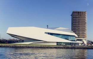 NDSM Werf: een voormalige scheepswerf gelegen aan de oevers van het IJ in Amsterdam Noord. De laatste jaren is de wijk uitgegroeid tot enorme culturele hotspot dankzij een levendige kunstenaarsgemeenschap en een steeds groeiende verscheidenheid aan bars en restaurants. Met terreinen zo groot als tien voetbalvelden gaan hier regelmatig festivals, optredens en tentoonstellingen door. Zeker bezoeken: de IJ-Hallen, een gigantische indoor vlooienmarkt en Pllek, een kunstmatig strand waar het heerlijk relaxen is. © Richard Perez van Hijum