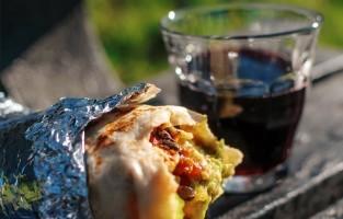 Bij Luardos eet je Mexicaans: burritos gevuld met kip, rund- of varkensvlees of vegetarisch. Je kunt de burrito naar eigen smaak verder vullen met zwarte bonen, kaas, rijst, sla , zure room, guacamole of een pikante saus. Luardos is doordeweeks te vinden op Whitecross Street en elke zaterdag op Brockley Market tot 14u 's middags. © Delipair