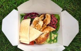 Wie gezond wil luchen, is bij Savage Salads aan het juiste adres. Zij serveren voor vijf pond een gevarieerde lunchbox met verschillende salades en gegrilde kip of halloumi, Cypriotische geitenkaas, bovenop. Dit kraampje staat van maandag tot vrijdag 's middags in Broadwick/Berwick Street in Soho. Heb er wel wat geduld, er staat meestal een stevige rij. © Sweat & Fuel