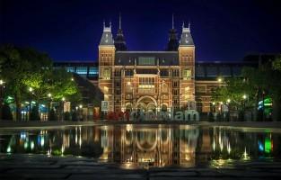 Oud-Zuid: hier liggen een paar van de beste kunstmusea van Amsterdam. Met name het Rijksmuseum en het Stedelijk Museum. Uitrusten kan in het Vondelpark of flaneren langs de indrukwekkende landhuizen op met bomen versierde boulevards. Tip: van een klassiek concert genieten kan hier in het Royal Concertgebouw. © Laurent Meister