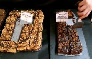 Bad Brownies verkoopt dan weer overheerlijke brownies in verschillende smaken. De bestverkochte zijn die met salted caramel, peanut butter en triple chocolate, maar uiteraard is het assortiment veel uitgebreider. Tip: bestel de Chef's Selection Box, dan kun je verschillende brownies proeven. Op zaterdag en zondag kun je er terecht in onder meer Maltby Street Market. © Dawn Wei Tan