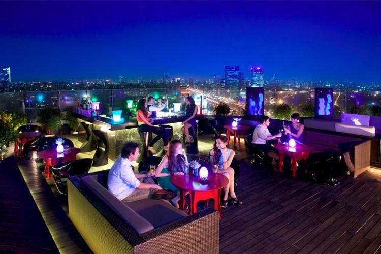 Blue Sky in het Sofitel Centara Grand Hotel in Bangkok, Thailand: dit hotel met maar liefst 565 kamers telt ook nog eens acht restaurants en twee bars. Maar de hipste plek van het hele complex is Blue Sky, de loungebar op het dak, op de 24ste verdieping. Naast de gebruikelijke aperitieven en cocktails kun je hier ook tapas en desserten bestellen. © Sofitel Centara Grand Hotel