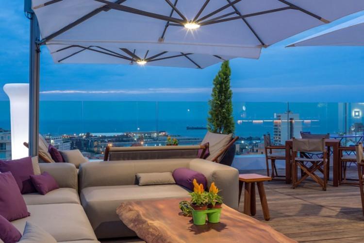 O Monot in Beiroet, Libanon: een duik in het water of een zongebruinde huid zijn niet de enige redenen om naar de 11de verdieping van dit hotel te liften. Op het dak ligt namelijk een bar die het gezelligst is met zonsondergang. Om nog maar te zwijgen van het uitzicht op de skyline van Libanon. Op een tweede terras kun je een intiem diner houden of een privéfeestje organiseren. © slh.com
