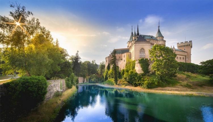 Kasteel Bojnice in Slowakije: dit kasteel dateert uit de 12de eeuw en geeft onderdak aan een van de meest populaire musea uit het land. Hier gaan ook verschillende festivals door, van het Festival of Ghosts and Spirits tot het Summer Music Festival. Het romantische decor lokt bovendien veel filmmakers en verliefde stelletjes voor hun trouwfeest. © Boris Barabas