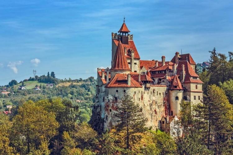 Kasteel Bran in Roemenië: dit ligt in de buurt van de stad Bran, in de Zuidelijke Karpaten en is de populairste trekpleister in het land, waarschijnlijk omdat het bekend staat als het kasteel van Dracula. De eerste bouw dateert uit de 1212 door Teutoonse ridders. Toen bestond het kasteel enkel uit een houten fortificatie. © Sebastian Ghita
