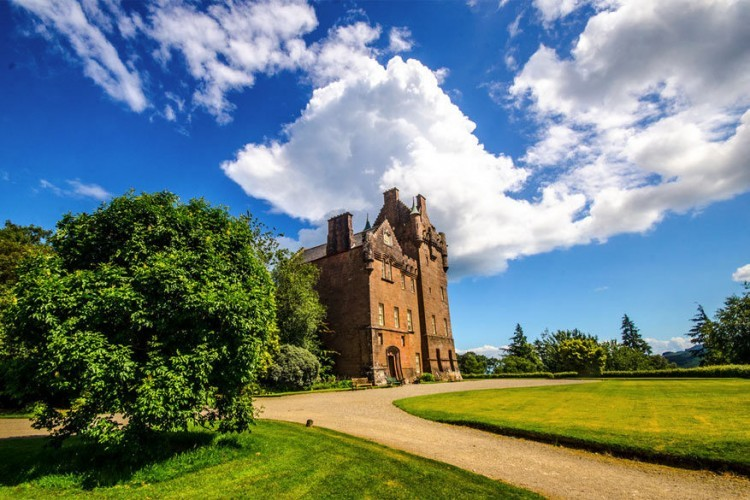 Brodick Castle in Schotland: dit kasteel ligt net buiten de haven van Brodick op het Schotse eiland Isle of Arran. De bouwperiode gaat terug naar de tijd van de Vikingen toen de Engelse Dukes of Hamilton het lieten bouwen als bescherming tegen diezelfde Vikingen. In 1957 gaf de laatste erfgenaam van Hamilton het kasteel uit handen waardoor het opgesteld staat voor publiek. Behalve de kunstcollectie kun je er de tuin vol rododendrons bewonderen. © Atonfan
