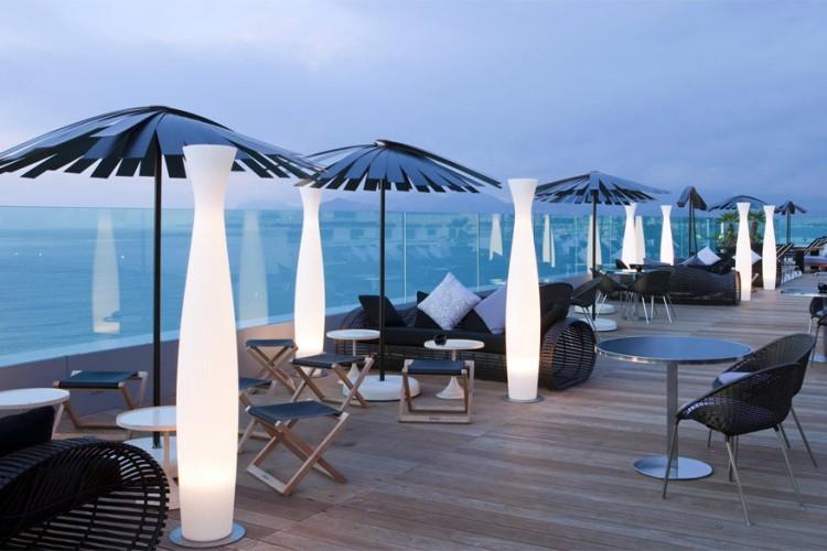 Le 360 at Radisson Blu 1835 Hotel & Thalasso in Cannes, Frankrijk: gelegen tussen de jachthaven van de stad en het strand. De lift neem gasten en toeristen graag mee tot op de zevende verdieping waar je heel de omgeving overzichtelijk kunt bekijken. Na een dag wijngaarden bezoeken en zonnen op het strand is deze plek de ideale uitvalbasis. © Cannes Destination