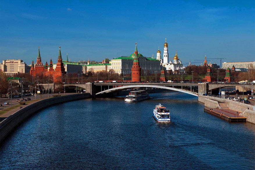 Moskou: zicht van de Patriarshy brug op het Kremlin en de rivier Moskva