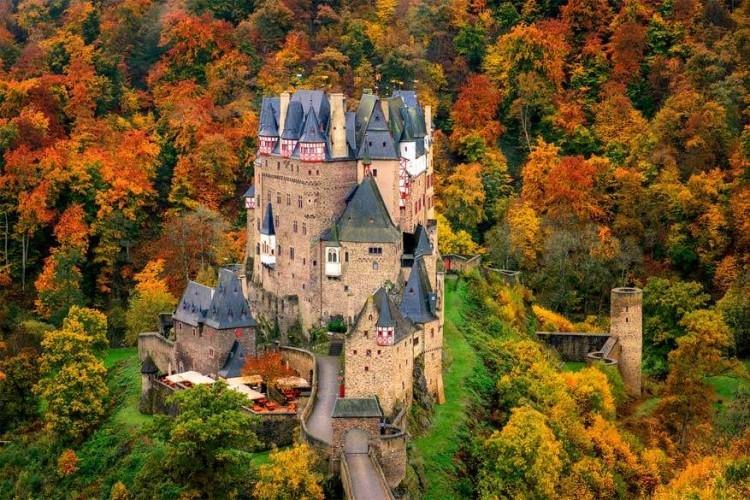 Burg Eltz in Duitsland: deze burcht, een van de belangrijkste en best bewaarde in Duitsland, ligt in de heuvels van Wierschem tussen Trier en Koblenz. Er werd 500 jaar lang aan gebouwd waardoor zowel een middeleeuwse als renaissance stijl aanwezig is en het kasteel was 800 jaar lang in handen van dezelfde familie. © Steve Swope