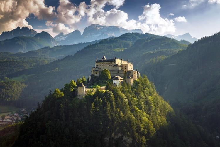 Kasteel Hohensalzburg in Oostenrijk: staat op de Festungsberg in Salzburg en geeft een magnifiek uitzicht op de stad. Het behoort tot een van de grootse middeleeuwse kastelen in Europa en werd gebouwd door aartsbisschop Gebhard in 1077. © Apisak Kanjanapusit