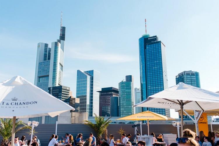 Long Island Summer Lounge in Frankfurt, Duitsland: wie de skyline van Frankfurt wil bewonderen kan op dit dakterras alleen terecht in de zomermaanden. Het heldere, warme weer zorgt dan ongetwijfeld voor de beste uitzichten op de stad. © Long Island Summer Lounge