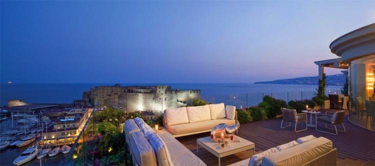 Grand Hotel Vesuvio in Napels, Italië: sinds 1882 is dit hotel de Napolitaanse thuis voor menig beroemdheid en toerist van overal ter wereld. Deze slaapplek is tevens ook de enige met vijf sterren gelegen aan de kust van Napels. Het telt 160 kamers met 21 suites en zelfs 2 panoramische restaurants. Dineren met zicht op de kunstlijn dus. © Grand Hotel Vesuvio