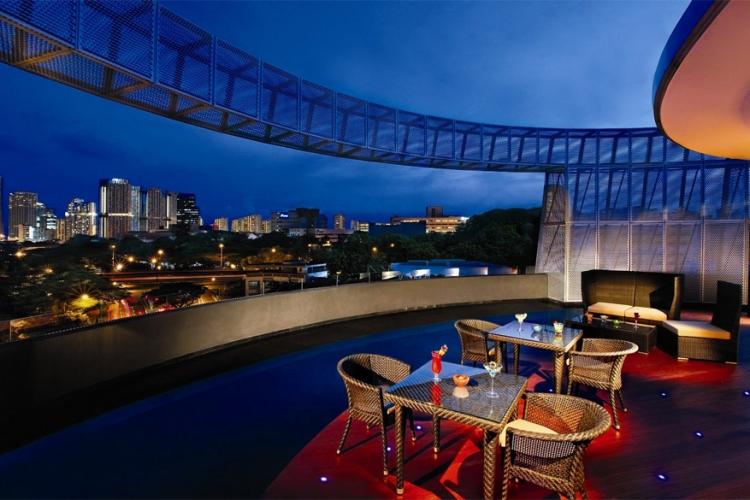 Wangz Hotel in Singapore: dit is een strak en modern boetiekhotel dat kalmte en rust wil oproepen. Dat doel wordt ook doorgetrokken in de bar op het dak, Halo. Hier geniet je van panoramische uitzichten van de Singaporese skyline terwijl je al nippend van een drankje naar jazzmuziek luistert. © Wangz Hotel